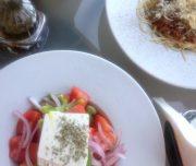 Salată grecească și spaghete