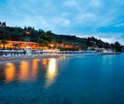 Plaja hotelului pe timp de noapte