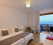 Cameră modernă cu vedere la mare