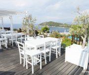 Restaurant alb cu vedere la mare